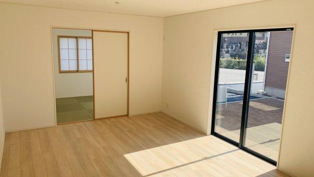 【同仕様施工例】シンプルで落ち着いた玄関です。窓もありますので明るいです。