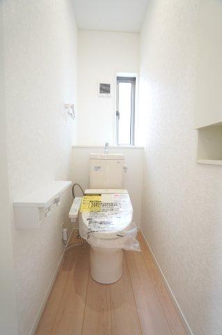 トイレ 温水洗浄機能付きです。