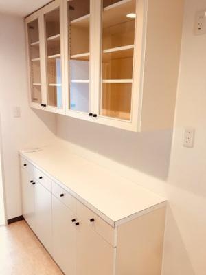 備え付けの食器棚があります。棚内もしっかりクリーニングをしております。