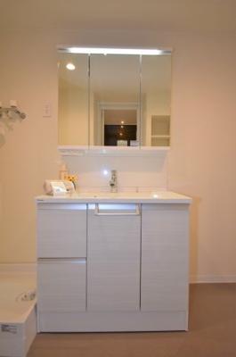 LEDライトが特徴的な洗面台です。