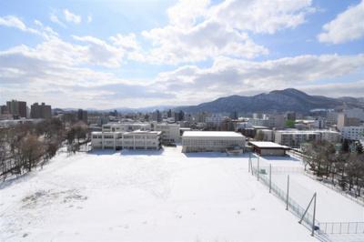 目の前は学校になっていますので当面この眺望は崩れませんね!とても気持ちいいです!