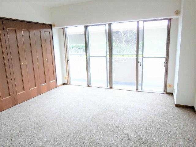 【現地写真】 「シンプル」にデザインされた室内。自由度が高いので家具やレイアウトでお好みの空間を創り上げられます♪