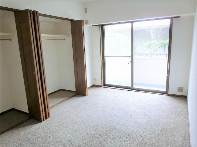 【現地写真】 大きな窓、建具が明るい印象を与える心地の良い空間♪