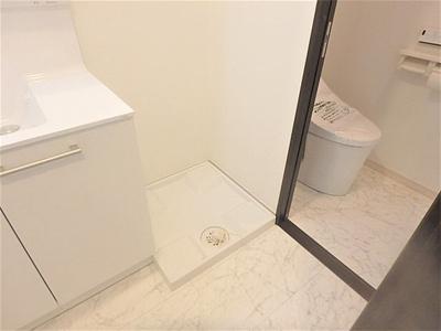 洗面化粧台の横に室内洗濯機置場がございます。