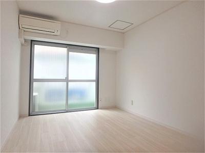 窓が大きく明るい広々とした主寝室でご家族ゆっくりお休みになれますね。