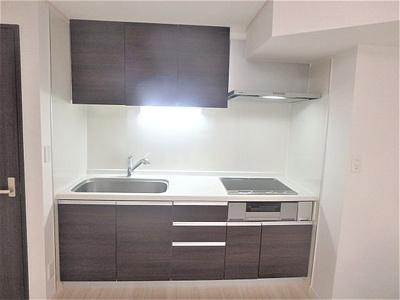 キッチンはお部屋を広く使える壁付式を採用しています。