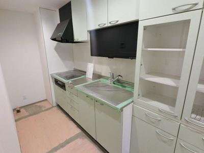 3口ガスコンロのシステムキッチンです。 食器乾燥機・備え付けの食器棚付♪