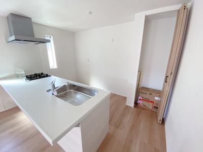 キッチンの収納はパントリーとしても活用でき、食品庫としてだけではなく、収納場所としても大活躍!いつでも快適なキッチン空間を保てます♪