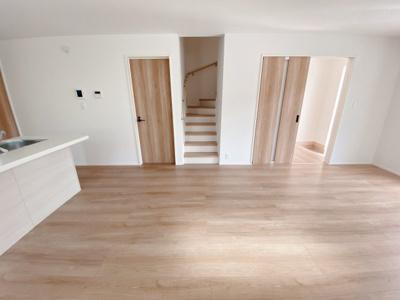 手すり付きでゆるやかなカーブの階段は上り下りも安心ですね。リビング階段になっていて、毎日家族が顔を合わせることが自然と出来ますね
