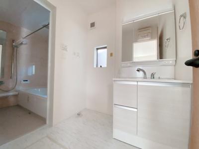 窓の大きさも充分な洗面室は採光と湿気対策に役立ちます!白を基調とした洗面室なので清潔感もあり、気持ちよく毎日お使い頂けますね。