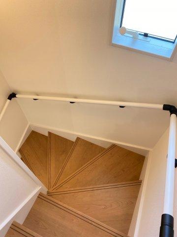 階段 段差も低く手すり付きですのでお子様やお年寄りの方も上り下りしやすい階段です