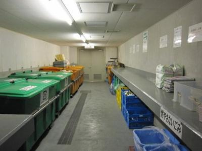 共用のゴミ捨て場は清掃が行き届いていますね。