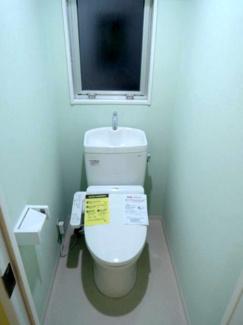 トイレです。壁紙がお洒落です。