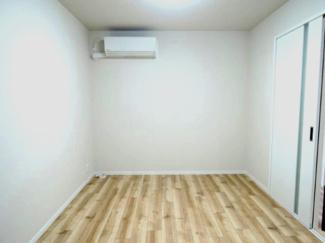 6帖洋室で広々と活用できます。さらにエアコン付き