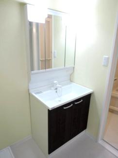 白と黒を基調としたお洒落な独立洗面台です。