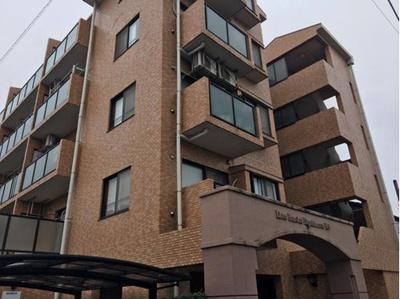 閑静な住宅街に立地する5階建マンションです