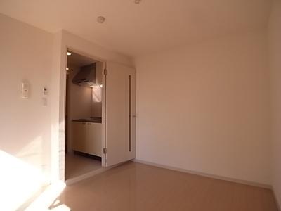 白を基調とした清潔感のあるお部屋です。