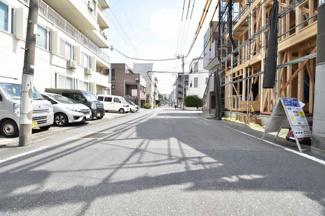 前面道路は東側7.8mで交通量は少なめです。小さなお子様にも安心の立地です!