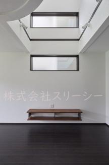 将来間仕切設定の10帖の洋室です。