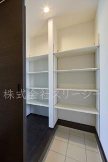 目隠し扉も付いているシューズクロークは棚板間隔変更可能です。