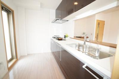 【キッチンの広さ】 重厚感のあるカラーデザインで統一。 ご家族を見守る事の出来る対面式を採用。 換気性、採光性を高める勝手口を設置。 そのままEVホール! ゴミを持ったまま部屋を通らず外へ!