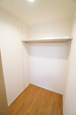 【北東側洋室約7帖WIC内】 コートやスーツだけでなく、収納棚を中にしまえば ニットやパンツも中にしまえて お部屋をすっきりとお使いいただけます! お部屋のコーディネートと幅が広がります♪
