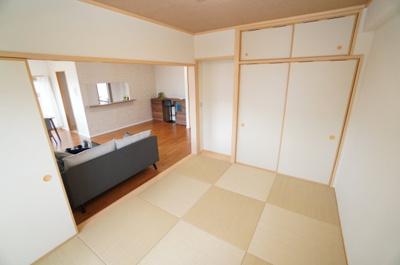 【琉球畳がオシャレ】 和室からリビングを見通したところです。 3枚引戸となっておりますので、 開け放つとLDKを含め、 約20.5帖の大空間が誕生します! また、メインバルコニーに面しているので明るい