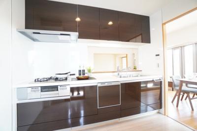 【クリナップ社製ラクエラ】 インテリアの組み合わせを楽しむ。 機能も充実! 浄水器一体型のハンドシャワー水栓、 一度に5人分の食器が洗える食器洗い乾燥機など、 毎日の家事を快適にする設備が揃ってます。