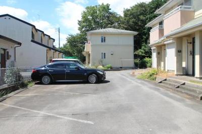 建物前面が駐車場となっております