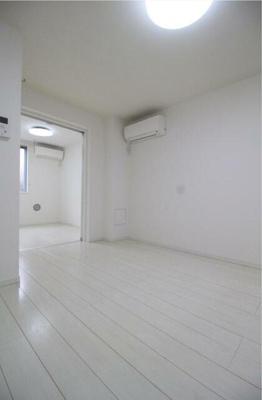 ホワイトフローリングの居室☆
