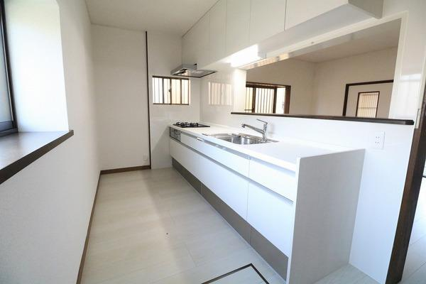 大型のキッチンで作業スペースも広く、吊戸棚も付いて収納も沢山出来ます♪