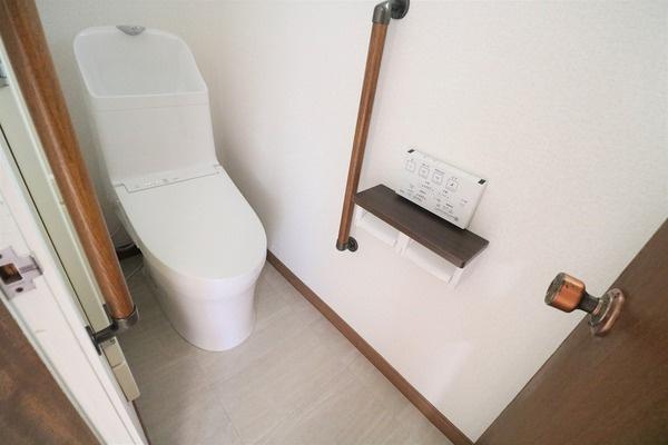 1階ウォシュレット付きのトイレです♪