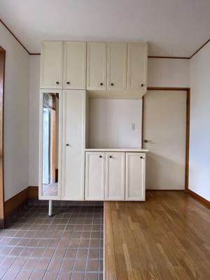 玄関のシューズボックスです。姿見も付いているので便利です。