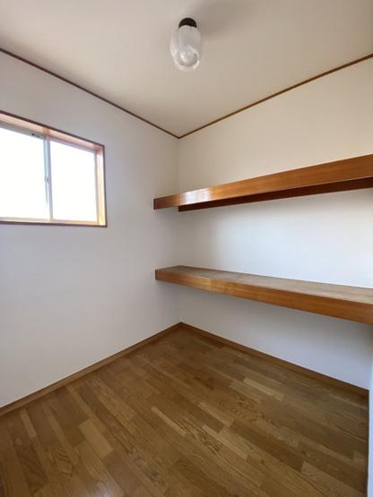 2階ホールの納戸です。2段の棚が付いているので収納に便利ですね。書斎としての利用も良いかもしれませんね。