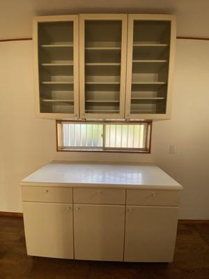 キッチン背面のカップボードです。上段がガラスの扉になっているので、コレクションした食器を飾るのもいいですね。