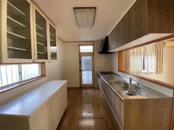 新しいシステムキッチンにリフォーム済みです。背面の食器棚はたっぷりの収納力です。床下収納もあります。