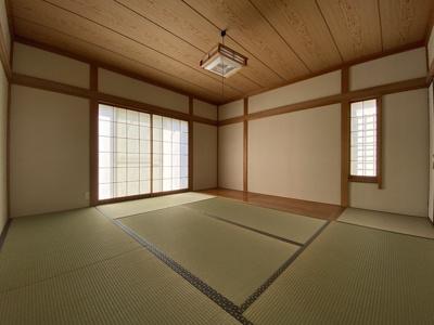 障子越しの柔らかな日差しが入る、落ち着いた雰囲気の和室です。