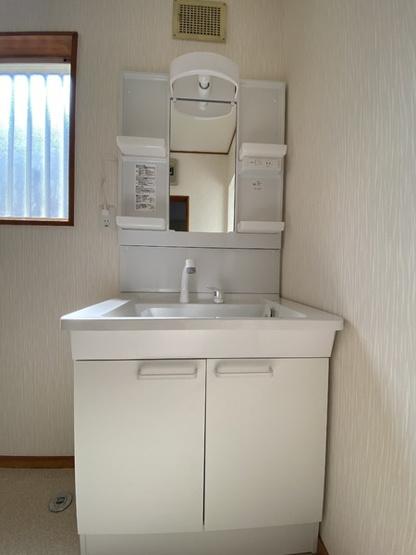 シンプルでスッキリとした洗面台。