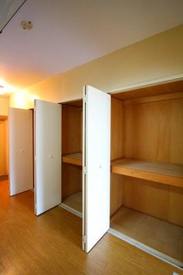 各部屋に収納があるので、お荷物が多い方も安心ですね。