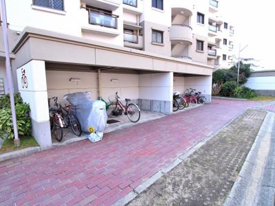 敷地内にある専用の駐輪場。雨の日にはうれしい屋根つきです。