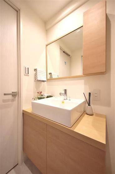 独立洗面台あり、毎朝おしゃれに忙しい女性の方におすすめです ゆったり使える幅のある、洗面化粧台を設置しました。