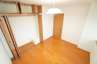 【北東側洋室約6帖】 たっぷり収納! コートやスーツだけでなく、収納棚を中にしまえば ニットやパンツも中にしまえて お部屋をすっきりとお使いいただけます! お部屋のコーディネートと幅が広がります♪