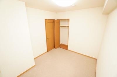 【北西側サービスルーム約5.3帖】 お部屋に合わせてカーペットが敷いてありますが、下はフローリングです。 在宅勤務・リモートワークの書斎や、 趣味やくつろぎのスペースとしても。