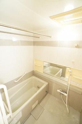【システムバス】 1日の疲れを癒す大きなお風呂。 ヒートショックを防ぐ浴室暖房機能や、 雨天時に洗濯物を乾かす浴室乾燥機能も付いています。 湿気やカビを抑えて掃除の負担も軽減!
