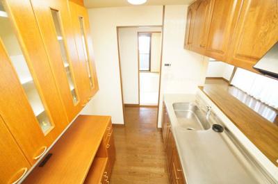 【家事動線配慮】 水回りから廊下を通り、直ぐにキッチンへ! 大型カップボードも付いていますので、 収納や、電子レンジ・炊飯器・トースター・ エスプレッソマシン等置いても余裕のあるボードとなってます。