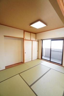 【明るい和室がポイント!】 リビングに繋がる和室ですが、 こちらもメインバルコニーに面しておりとても明るく LDKと一体として使用すれば、 約20.7帖の大空間が生まれます!