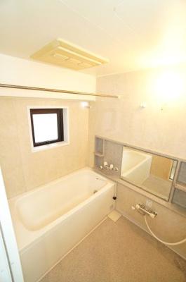 【バスルーム】 マンションには珍しい窓付きの! 1坪クラスのバスルームに、 お洗濯物も干せる浴室暖房乾燥機付! 明るさはもちろん、お手入れも楽々です♪