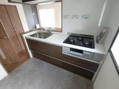 3口ガスコンロのシステムキッチンです。 窓があるため明るく安心してお料理ができます。