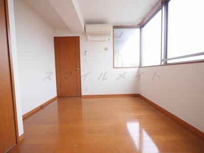6.1帖の洋室、窓も大きく、日当たり良好です。