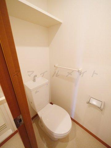 清潔感のあるトイレ・上部に棚付きです。